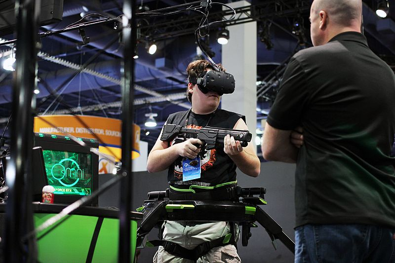 Palmer_Luckey_playing_with_Virtuix_Omni_(24182706770)
